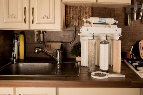 Water filtration system on a kitchen counter